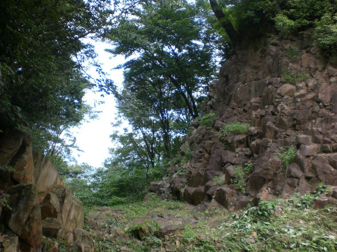 手掘りとも云われる石切り場の堀切、城郭の入り口が圧巻!