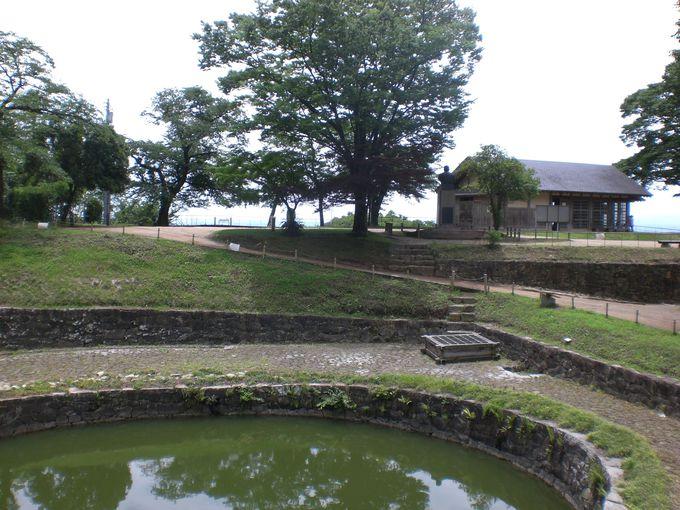 山城の頂上に籠城戦に耐えうる、自噴していた池がある!
