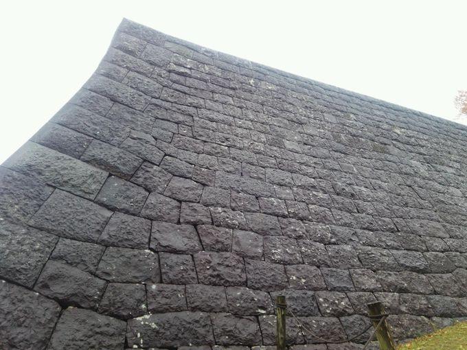 下から見上げる本丸下の「高石垣」これぞ切込み接ぎの石垣!