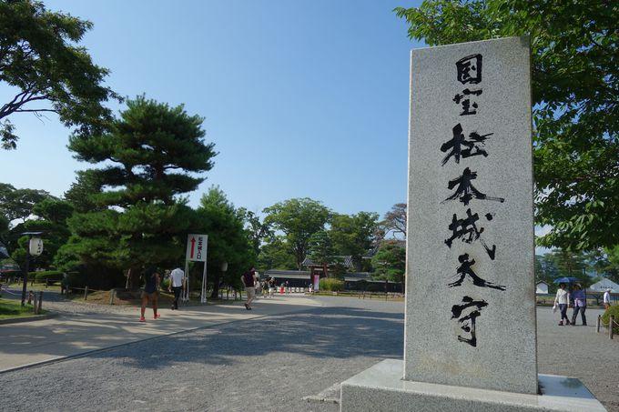 日本の宝、その城の入り口に聳える堂々たる石碑!