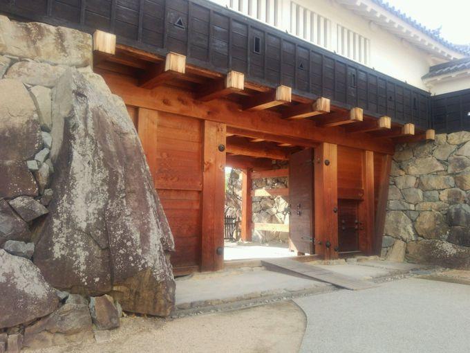 太鼓門には城の顔である大石垣の「玄蕃石」が威風堂々と!