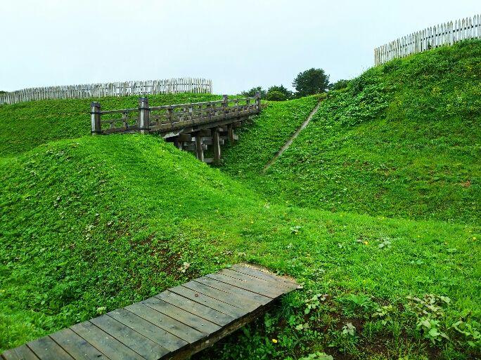 二重の空堀と木橋に守られた本丸、その建物群跡からは都に負けず劣らずの出土品が数多く発見!