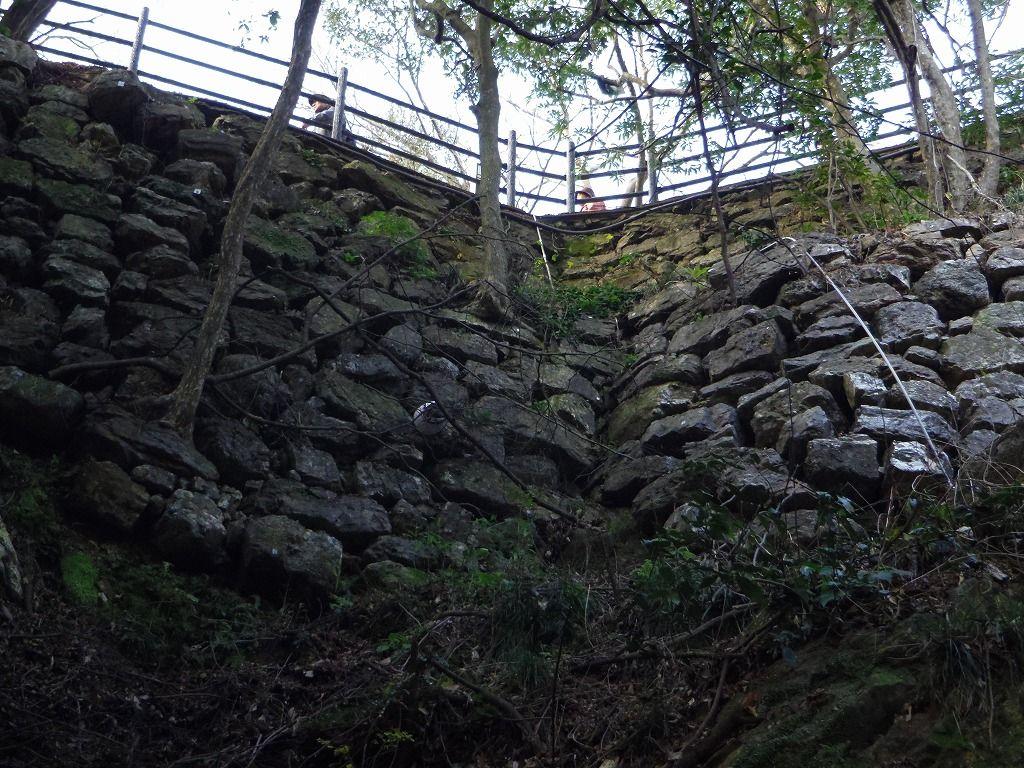 高さ5メートル超! 圧巻の高石垣を見上げよう