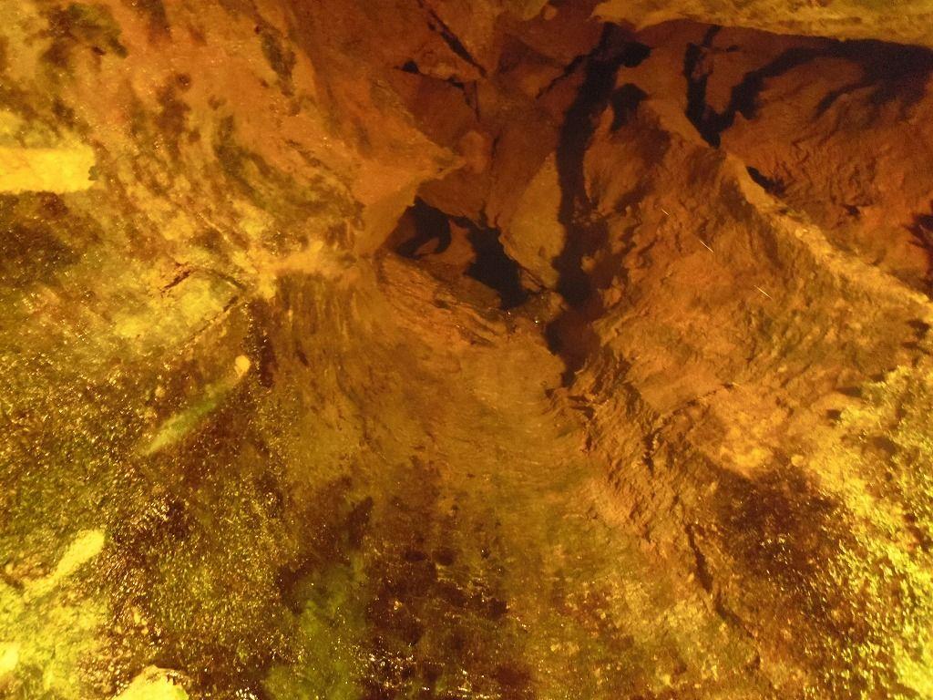 鍾乳洞内に流れ落ちる「親子滝」