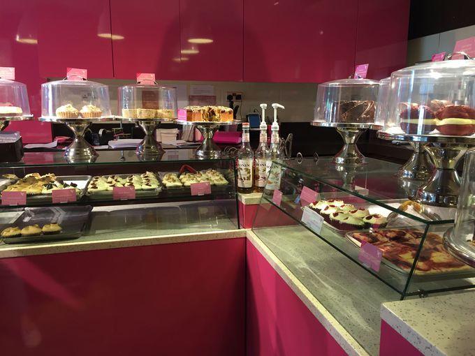 ビビッドピンクな空間に、かわいらしいカップケーキがたくさん!