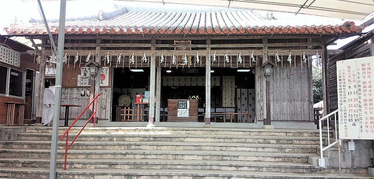 神聖なのにどこか親しみやすい、琉球瓦の拝殿