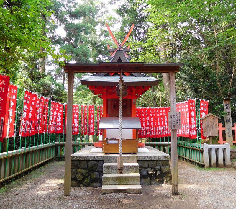 お百度踏んで金運アップ!奈良のパワースポット・金龍神社 ...