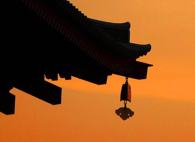 どこを切り取っても美しい、王宮を守る鳳凰の門に照る夕陽
