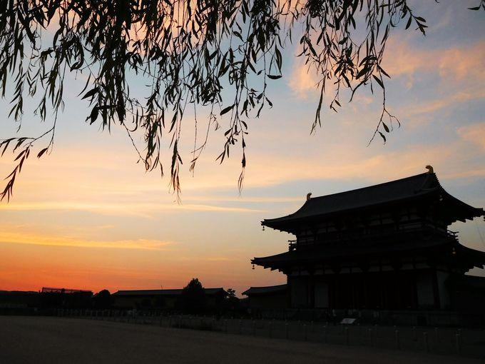 昔年の繁栄を残す佇まいに、変わらぬ夕陽が胸に迫る