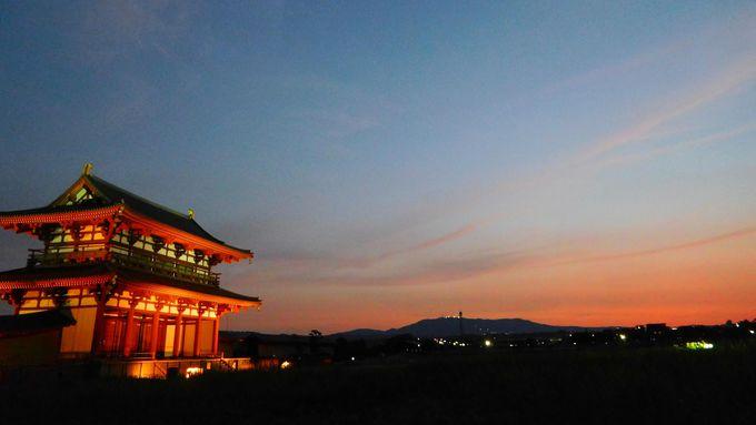 燃えるような夕陽の残照に、朱雀門の朱が映える時
