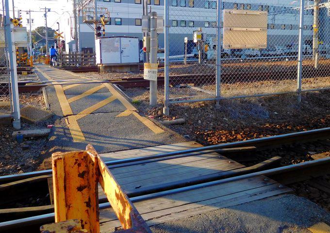 鉄オタよ踏切を渡れ!日本で唯一3種の幅の線路が並ぶ「西桑名第二号踏切」