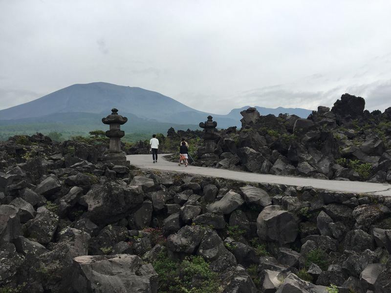 一度は行ってみたい場所!折り重なる奇岩に驚く群馬「鬼押出し園」
