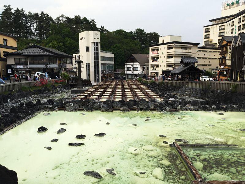 まずは草津温泉のシンボル温泉街の中心に位置する湯畑をみに行こう!