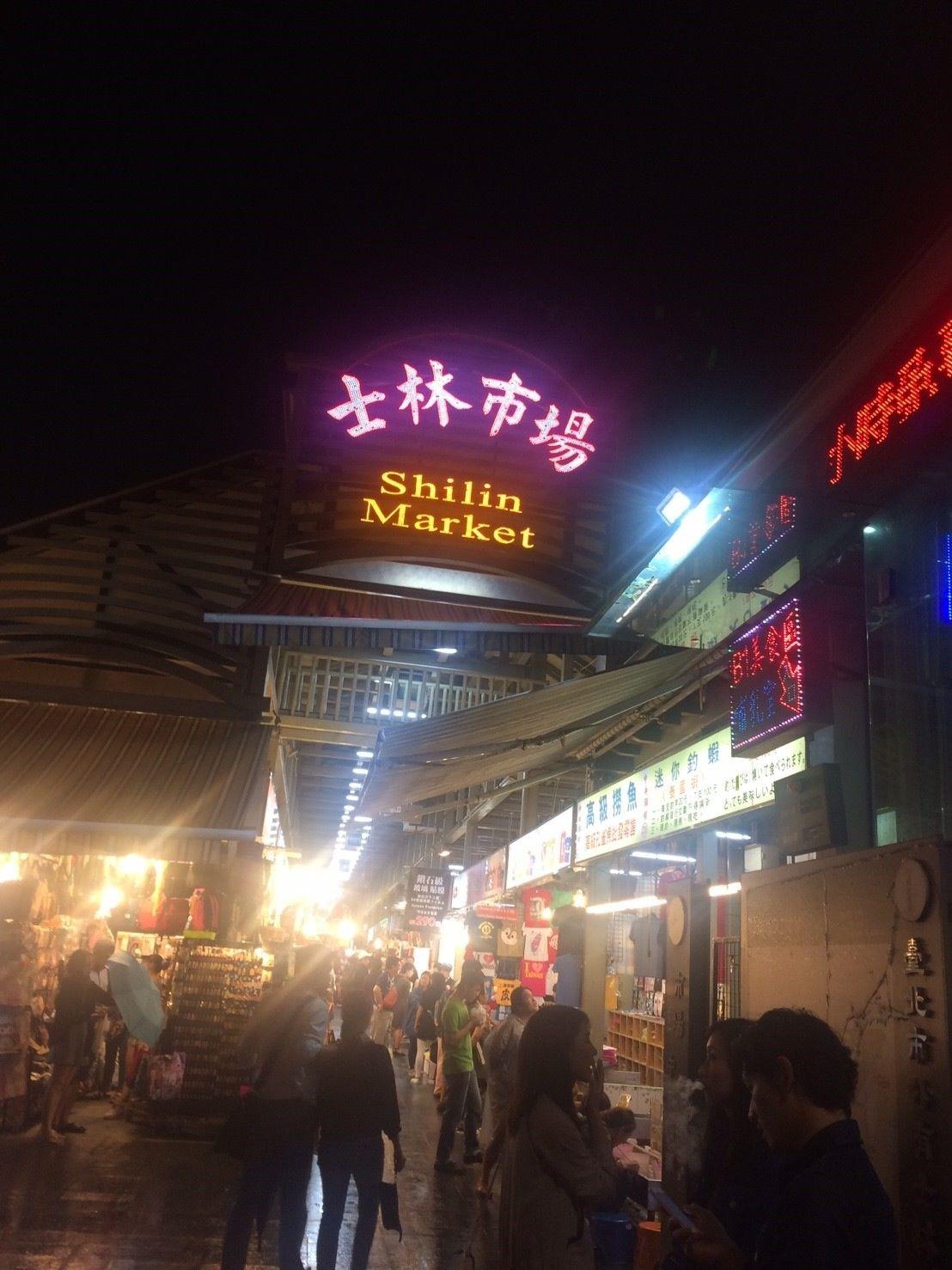 夜は活気溢れる夜市で食べ歩き
