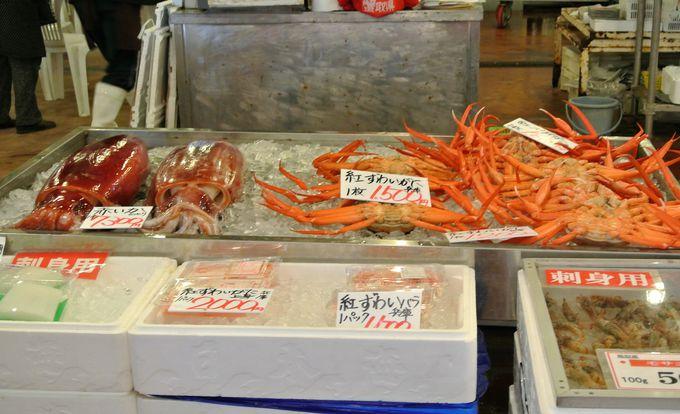 新鮮な魚介類が並ぶ「かろいち」
