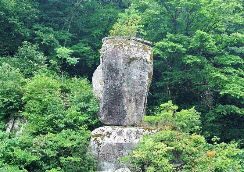 なんでそんな形なの!?島根「鬼の舌震」で自然が作り出した奇岩に驚愕