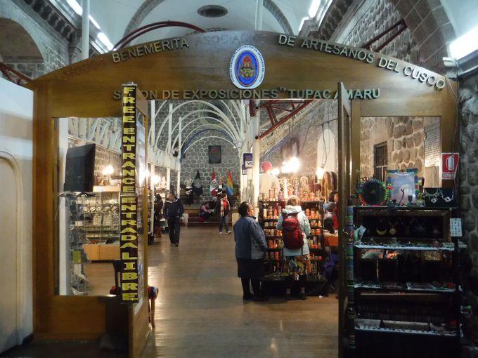 クスコ定番の観光地!大聖堂内に広がるお土産市場!