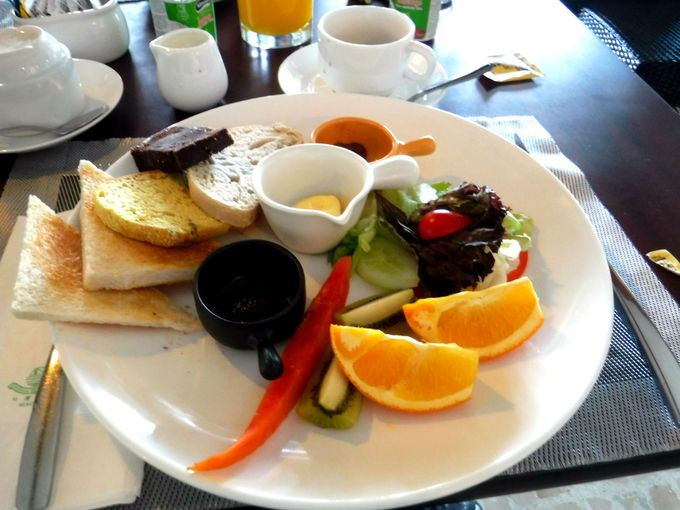朝は彩り豊かな朝食で元気満点!