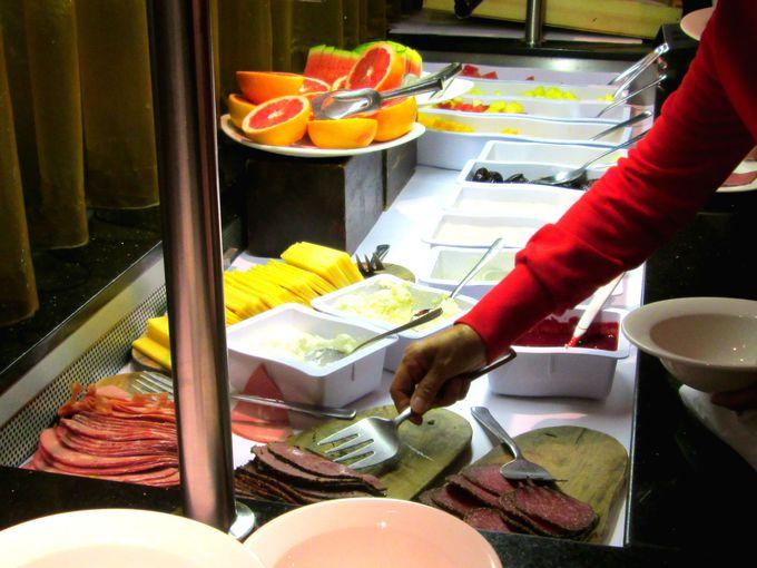 エディンバラ観光に向けて、しっかりとバイキング朝食を!