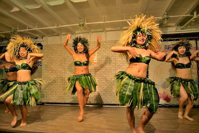 毎週土・日は大迫力&妖艶なフラダンスが見もの!