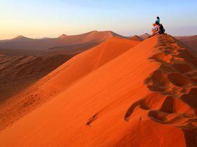 赤い砂漠!?ナミビア・ナミブ砂漠の幻想的なアプリコット色の砂丘へ!