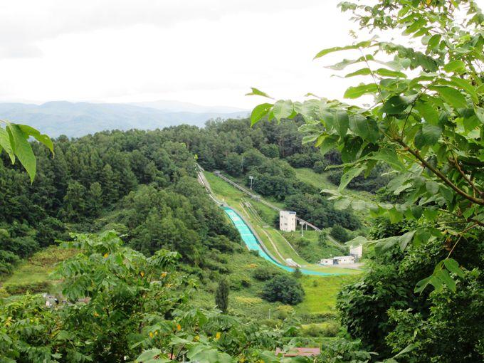 広がる海とスキージャンプ台を見よう!「円山公園展望台」