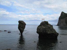 今にも倒れそう!北海道余市町の3つの奇石と自然豊かな絶景スポット|北海道|トラベルjp<たびねす>