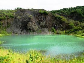 エメラルド色に輝く沼!北海道洞爺湖町「有くん火口」の神秘的な絶景|北海道|トラベルjp<たびねす>