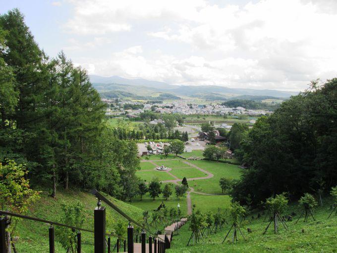 長い階段を登れば「これぞ北海道」という風景が広がる!