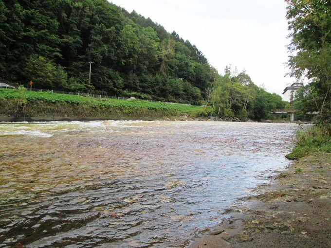 長流川の「白絹の床」は絹のような色の川底が美しい