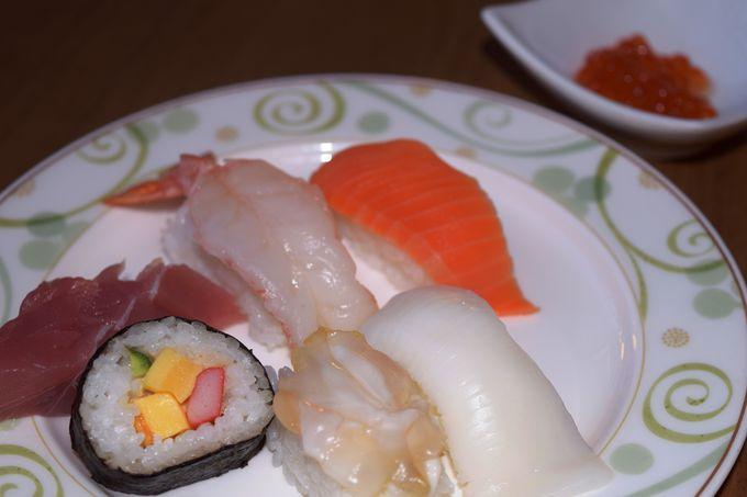 自社ワイナリーのワインや北海道らしい海鮮料理などが並ぶ夕食は目移り必至!