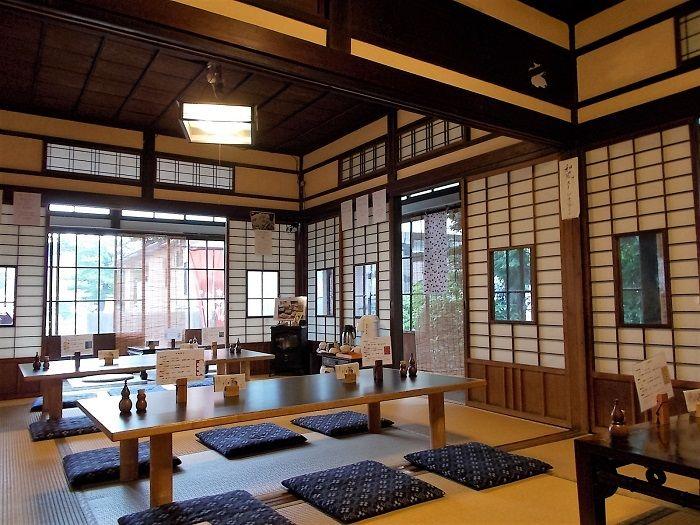 木と障子とガラスの絶妙なバランスが美しい和室。穏やかな時間が流れています。