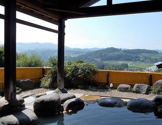 視野いっぱいに広がる美しい稜線と清々しい風景の露天風呂