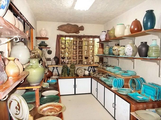 陶芸工房と店舗が直結。素朴で優しい風合いのやちむんがいっぱい