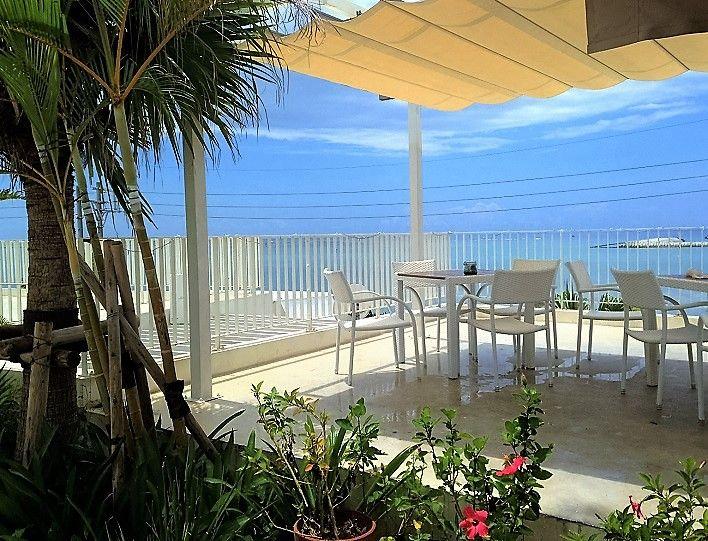 絵葉書みたいに美しいテラス席。沖縄のグルメと美景を堪能しよう