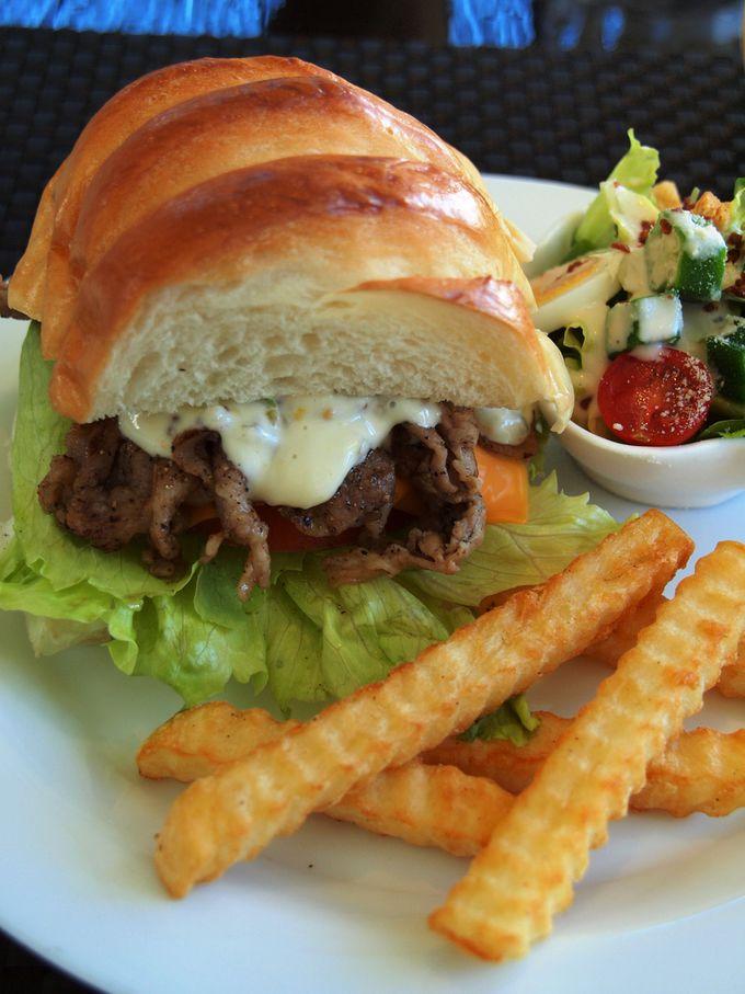 朝食は沖縄が誇る豚肉アグーのハンバーガー