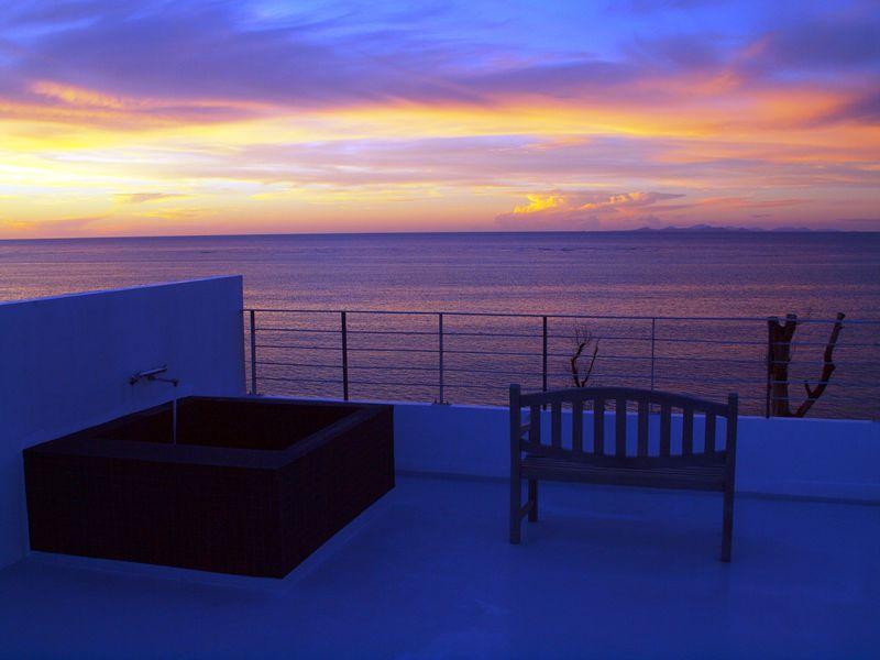 「カーサドゥマイビーチホテルオキナワ」ルーフバルコニーで露天風呂に浸かりながら夕日を見送る贅沢