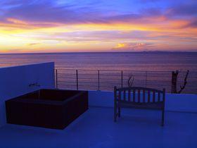 「カーサドゥマイビーチホテルオキナワ」ルーフバルコニーで露天風呂に浸かりながら夕日を見送る贅沢|沖縄県|トラベルjp<たびねす>