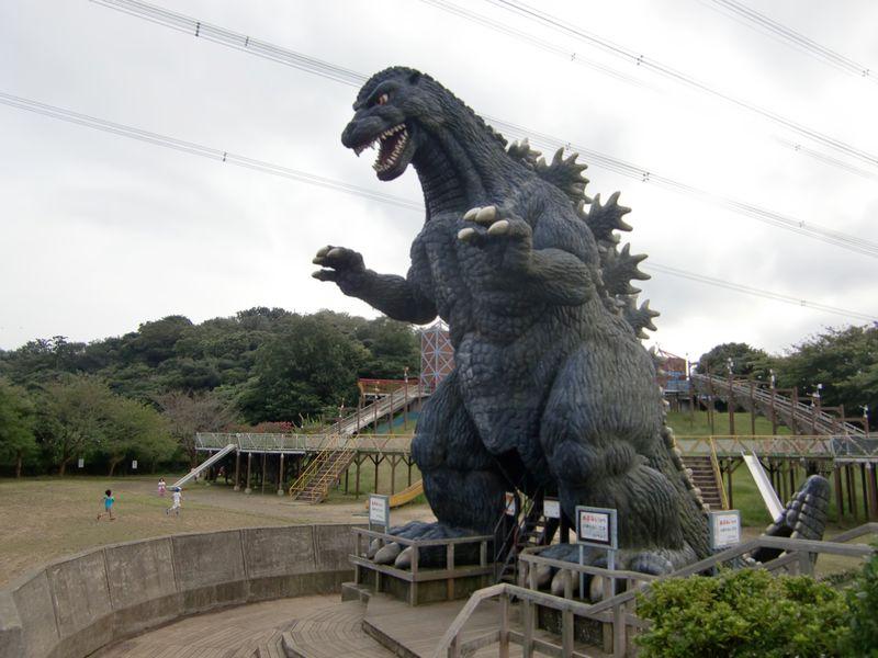 横須賀「くりはま花の国」で9mのゴジラに会おう