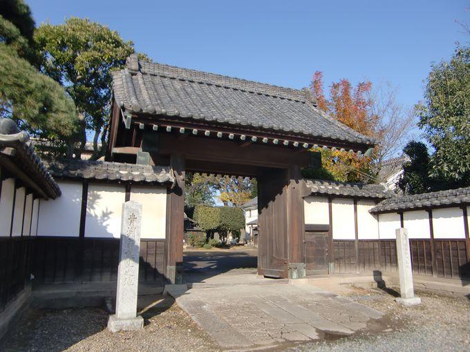 若い渋沢栄一像が立つ、旧渋沢邸「中の家」