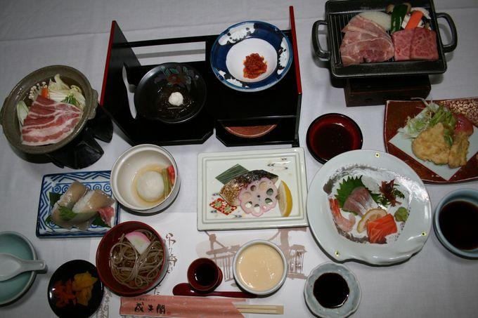 夕食は地域の特産品も盛り込んだ満足の会席料理