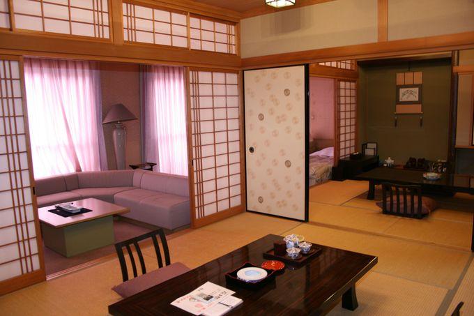 窓から玖珠川の渓流を見下ろす客室はスタンダードの和室から特別室まで。