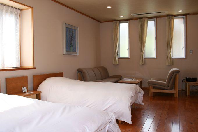 地元産の木材とあふれる自然光で、明るく清潔感のある身体にやさしい客室!