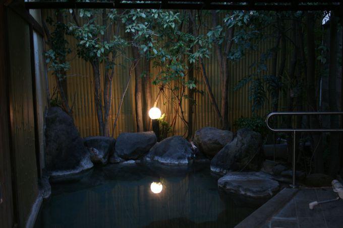 玄関近くから湧き出る豊富な源泉かけ流しの良質美肌温泉
