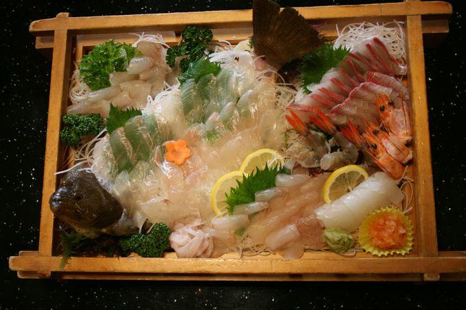 新鮮な海の幸を中心とした部屋食での夕食は質・量とも大満足