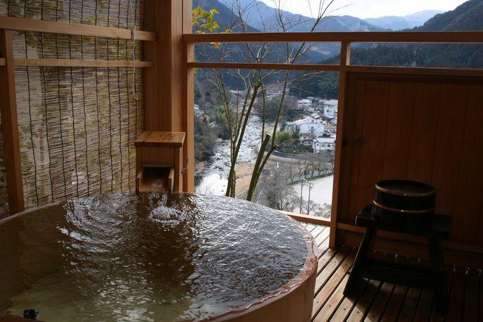 離れの客室はすべて露天風呂付。部屋で入る温泉は究極の贅沢