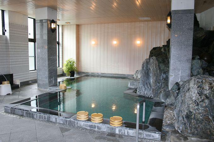 館内には大浴場と信楽焼湯船の貸切風呂、玄関わきに古民家風の家族風呂