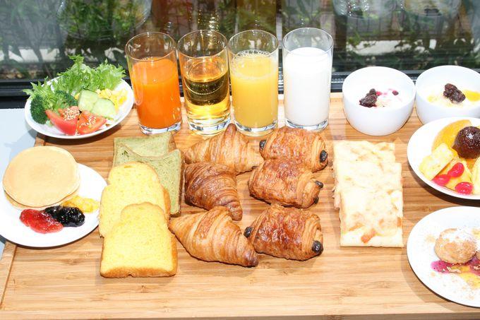 明るいレストランでの朝食は充実メニューで大人気の和洋食バイキング