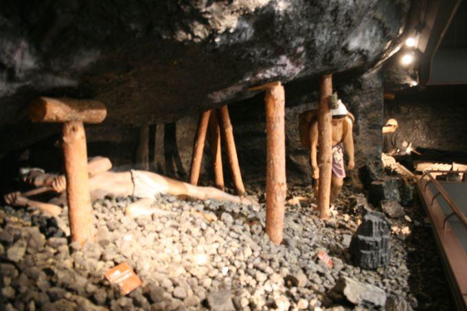 上半身裸で坑内作業する女性の再現人形が衝撃的