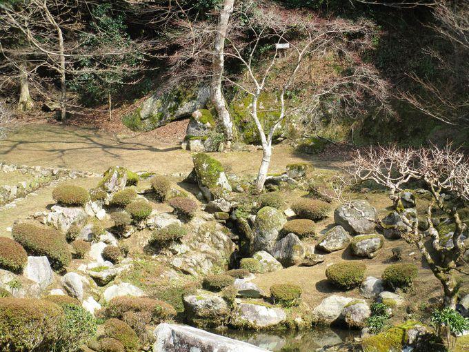 亀と鶴石が絶妙に配置される雪舟築庭の神仙蓬莱の名勝庭園